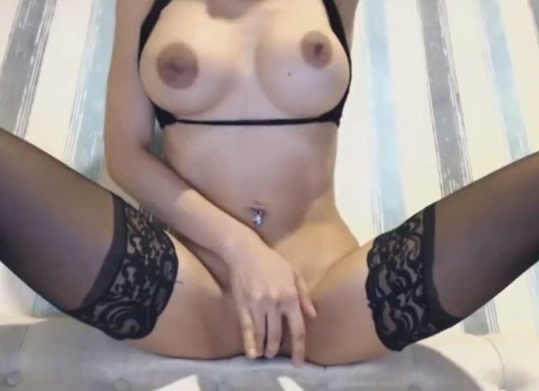 Latina puta en lencería negra masturbándose