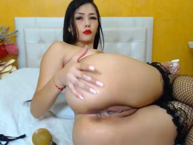 Colombiana webcam sexy desnuda y con los labios pintados de rojo.