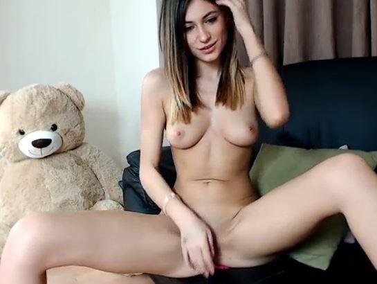 Modelo jovencita muy guapa y delgada se exhibe desnuda