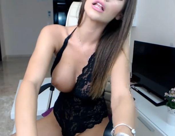 Actriz porno webcam con lencería negra quiere tener sexo online contigo