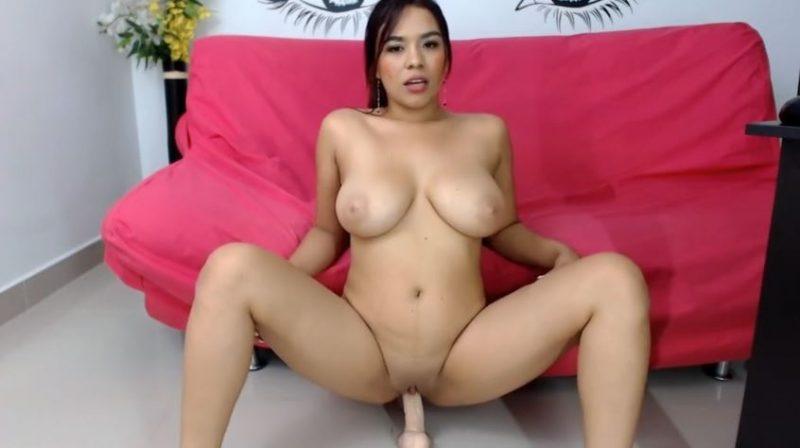 Latina tetona desnuda follando con un dildo en webcam