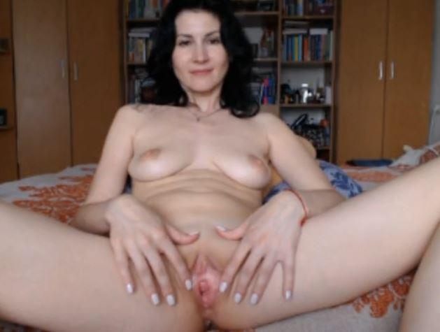 Madura cincuentona masturbándose por webcam
