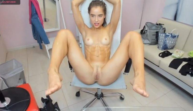 Chica rubia fitness abierta de piernas para mostrar su vagina